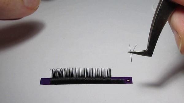 взятие пинцетом искусственных ресничек